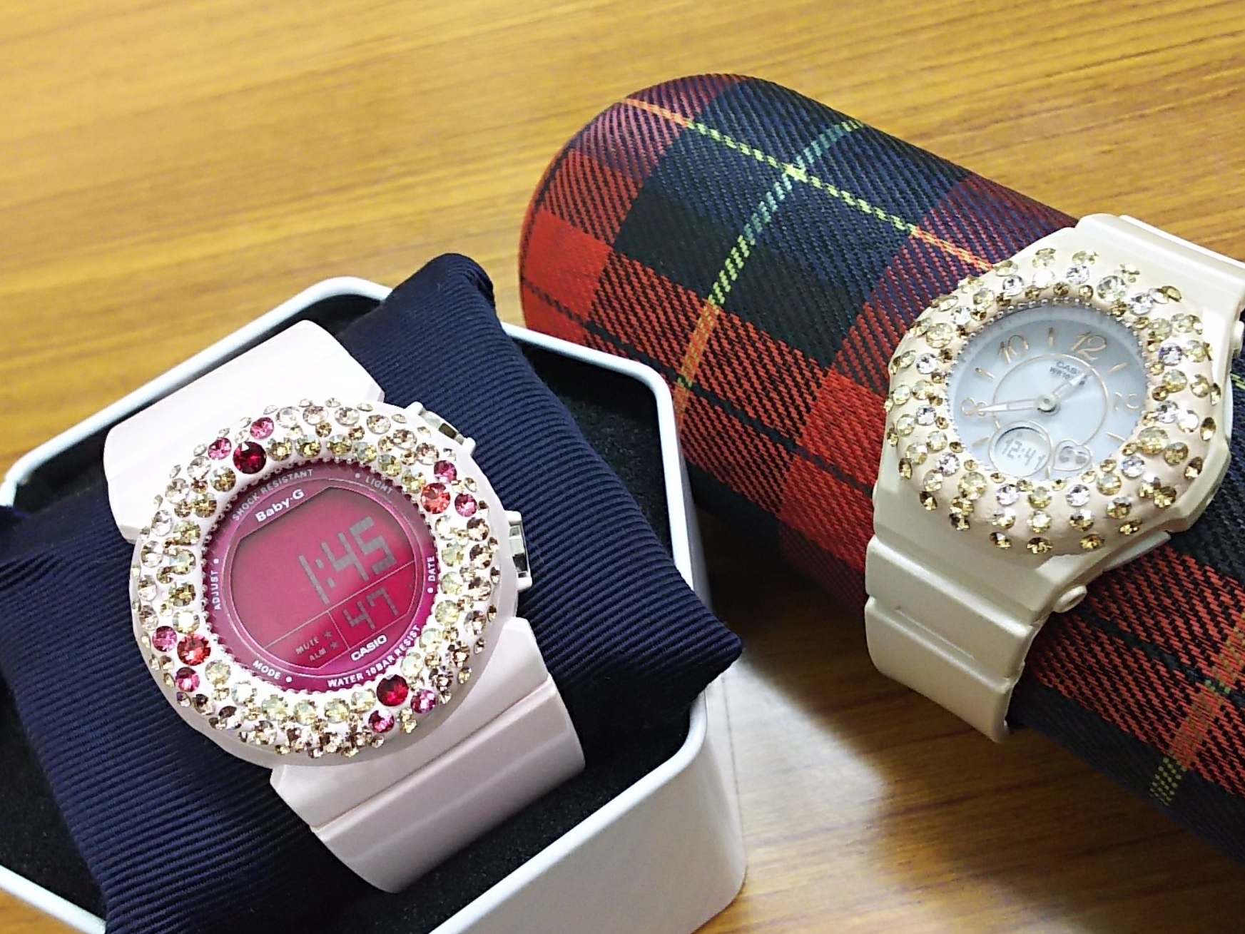 市販の時計のバンドとピッタリな色で作る、グルーデコのデコウォッチ♪
