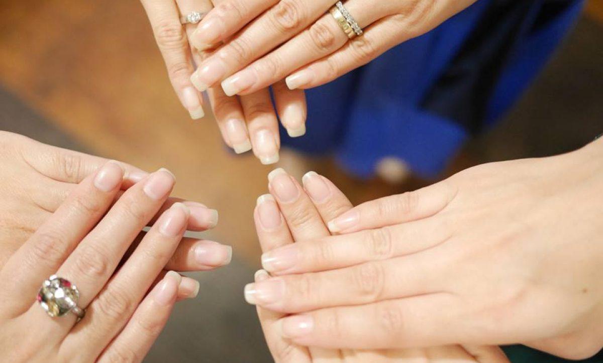 家事をしていると、爪の表面が無意識で傷になることも。《ももいろネイル》